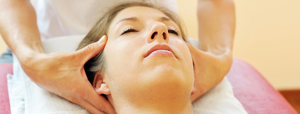Osteopathie Behandlung Kopf Hände